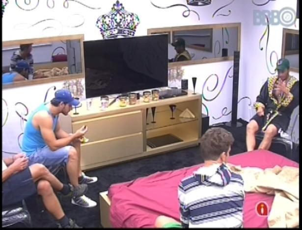 11.jan.2013 - Eliéser, Aslan, Dhomini e Bambam falam mal de Fani no quarto do líder