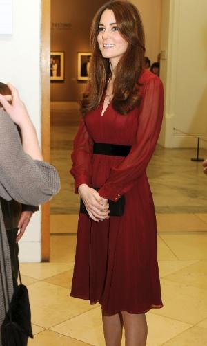 11.jan.2013 - Grávida de quatro meses, Kate Middleton vai a National Portrait Gallery conferir seu primeiro retrato oficial feito pelo artista Paul Emsley
