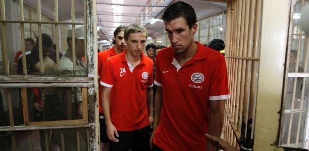 Jogadores do PSV visitam corredores de celas da Klong Prem, penitenciária tailandesa