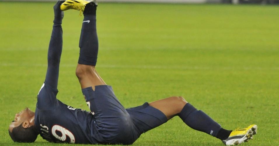 11.jan.2013 - Meia-atacante Lucas sente cãibras antes de ser substituído em sua estreia pelo PSG, contra o Ajaccio, pelo Campeonato Francês