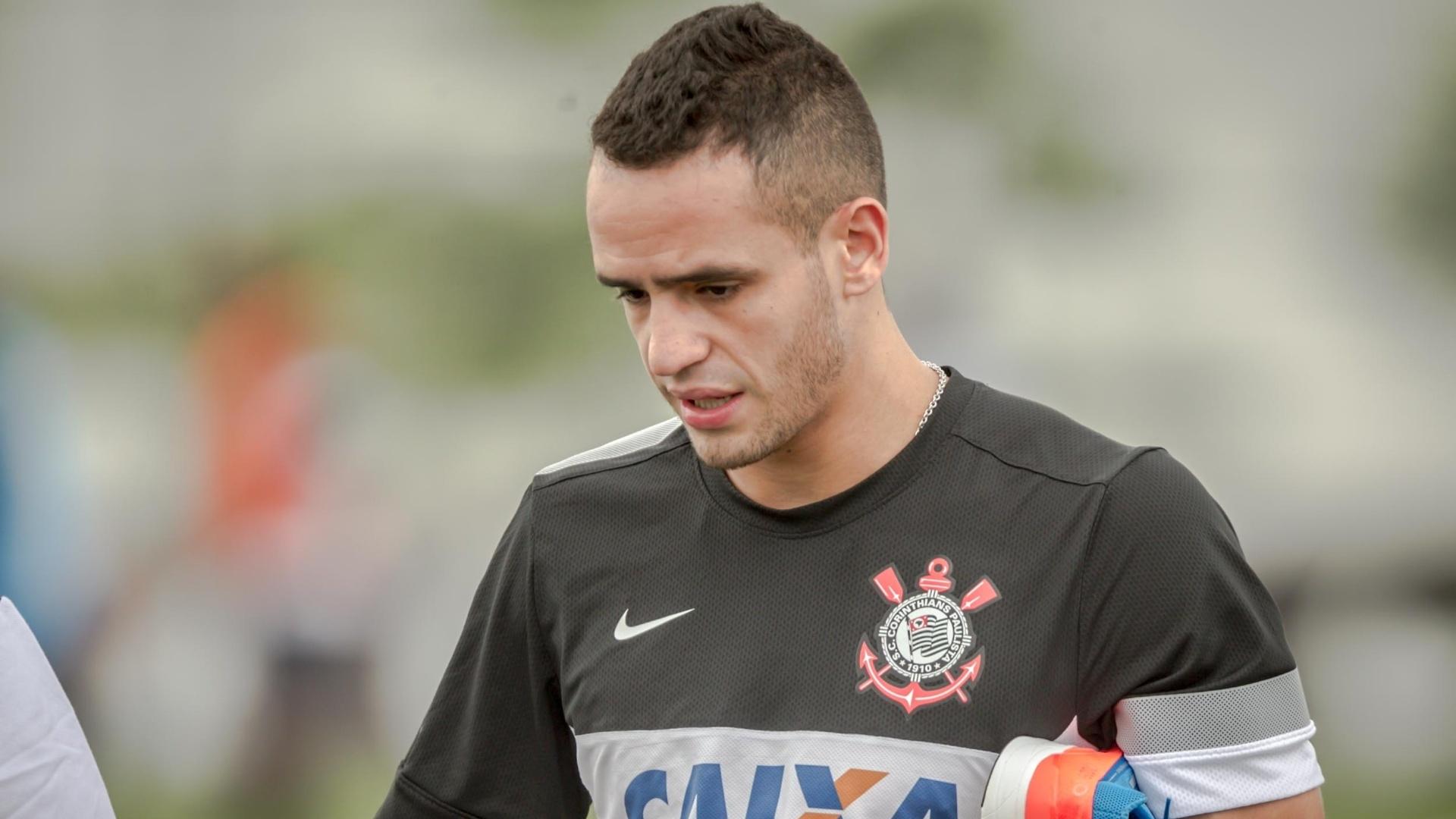11.jan.2013 - Meia Renato Augusto, recém-contratado pelo Corinthians, caminha antes do treinamento