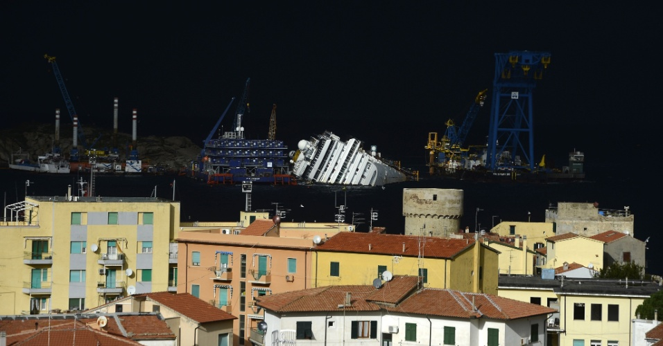 11.jan.2013 - O navio Costa Concordia segue encalhado perto do porto da ilha italiana de Giglio, quase um ano depois do naufrágio que matou 32 pessoas