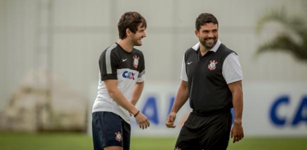 Pato e brinca com o fisioterapeuta Bruno Mazziotti em 2013, no Corinthians - Leandro Moraes/UOL