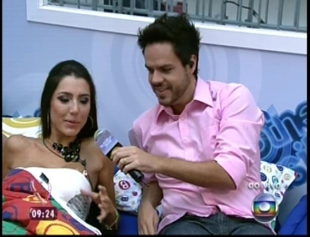 """11.jan.2013 - Repórter Vinícius Valverde conversa ao vivo com Kelly na casa de vidro do """"BBB13"""""""