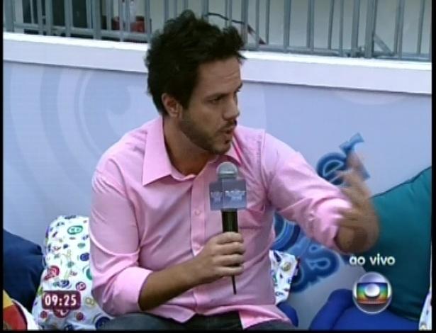 """11.jan.2013 - Repórter Vinícius Valverde conversa ao vivo com participantes da casa de vidro do """"BBB13"""