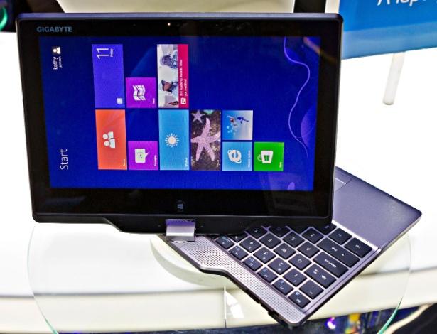 """11.jan.2013 - Ultrabooks """"conversíveis"""", que podem se tornar tablets com a rotação da tela, são destaque no estande da Intel na CES 2013. O da foto, da Gigabyte, fica com o teclado escondido embaixo da tela, facilitando na hora de segurá-lo como tablet"""