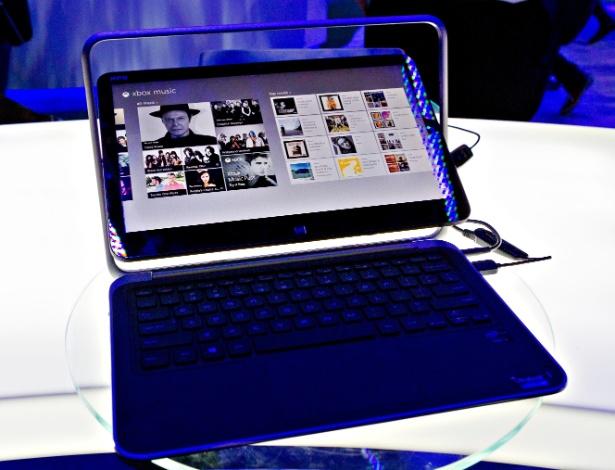 """11.jan.2013 - Ultrabooks """"conversíveis"""", que podem se tornar tablets com a rotação da tela, são destaque no estande da Intel na CES 2013. O Dell XPS 12 tem uma das melhores soluções entre esse tipo de notebook para o reposicionamento da tela como tablet. Ela pode ser girada dentro de uma moldura. O aparelho também é leve, com 1,49 kg"""