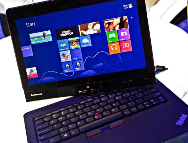 """11.jan.2013 - Ultrabooks """"conversíveis"""", que podem se tornar tablets com a rotação da tela, são destaque no estande da Intel na CES 2013. O Think Pad Twist, assim como outros modelos conversíveis, vem com um pequeno botão de travamento da rotação da tela que fica na lateral dela"""
