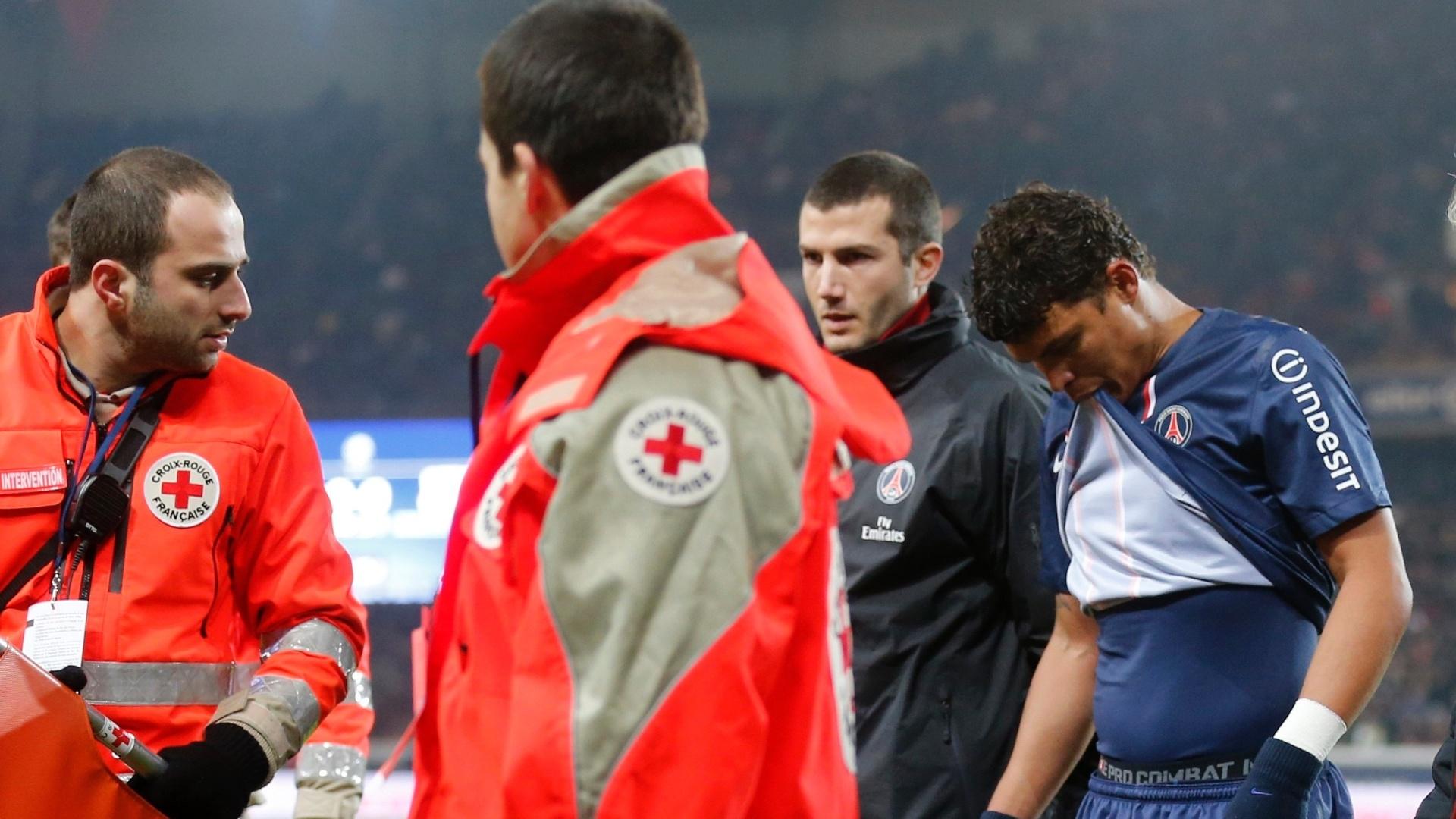 11.jan.2013 - Zagueiro brasileiro Thiago Silva sai machucado do jogo contra o Ajaccio