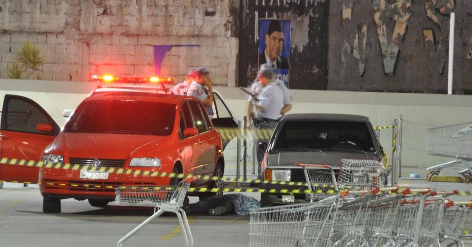 11.jan.2013- Dois bandidos foram baleados e um menor de 15 anos detido ao tentarem assaltar um policial que estava à paisana, no estacionamento de um hipermercado no bairro do Campo Grande, em São Paulo, na noite desta quinta-feira (10). O policial reagiu e atirou contra os criminosos. Um deles morreu no local e o outro foi levado pelo Corpo de Bombeiros ao hospital do Jabaquara, onde permanece internado. O adolescente fugiu em um carro, mas acabou detido pela PM após bater em um poste na avenida Atlântica. Ele foi levado para o Departamento de Homicídios e Proteção à Pessoa (DHPP), de onde deve seguir para uma unidade da Fundação Casa