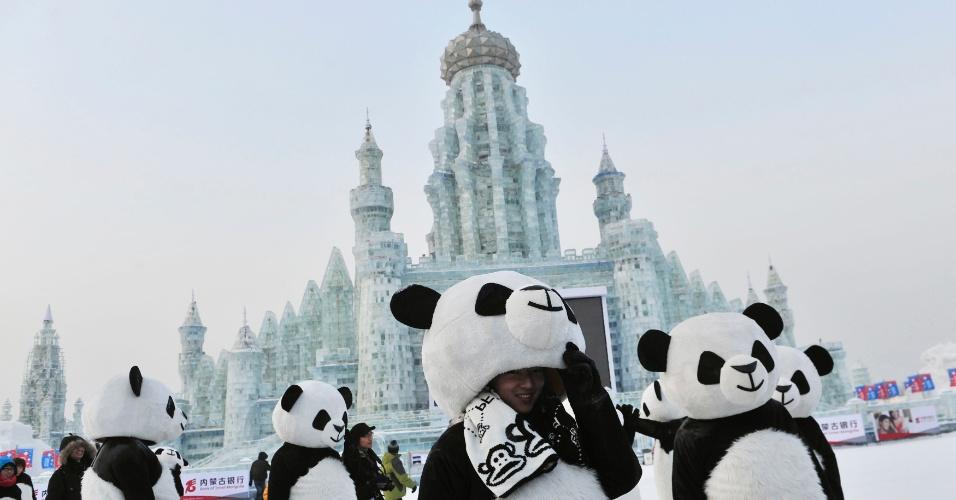 11.jan.2013- Funcionários do festival de escultura de gelo se vestem de panda, em Harbin, na província chinesa de Heilongjiang