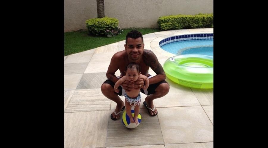 11.jun.2013 - O jogador Dentinho divulgou uma imagem onde aparece com o filho, Bruno Lucas.