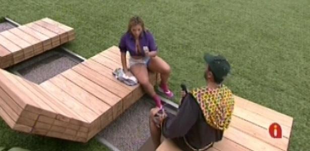 Bambam e Fani conversam na beira da piscina