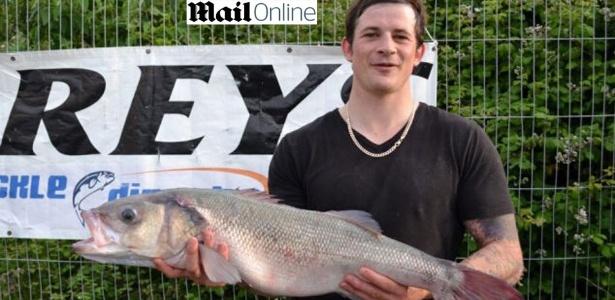 Esta não é uma história de pescador. Quer dizer, é sobre um pescador... - Reprodução/Daily Mail