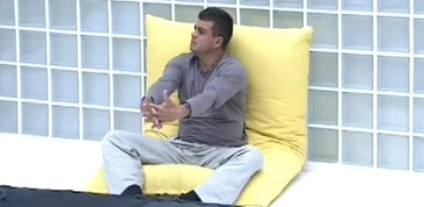 Dhomini é o primeiro a acordar nesta sexta-feira (11) e medita como havia feito na quarta
