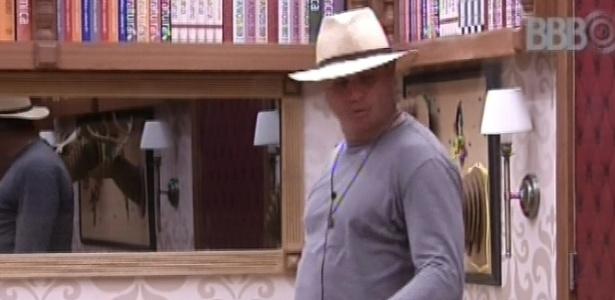 Dhomini veste chapéu e conversa com brothers sobre sexo