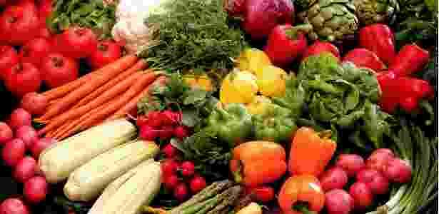 Para suprir o valor indicado bastaria comer um prato de salada com legumes variados por dia - Thinkstock