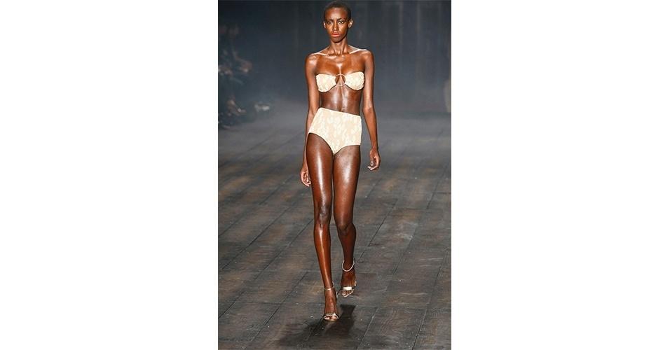MAGRINHAS: O biquíni com calcinha hot pant e estampa clara, como do desfile da Adriana Degreas, é um privilégio das mulheres magras e sem muitas curvas