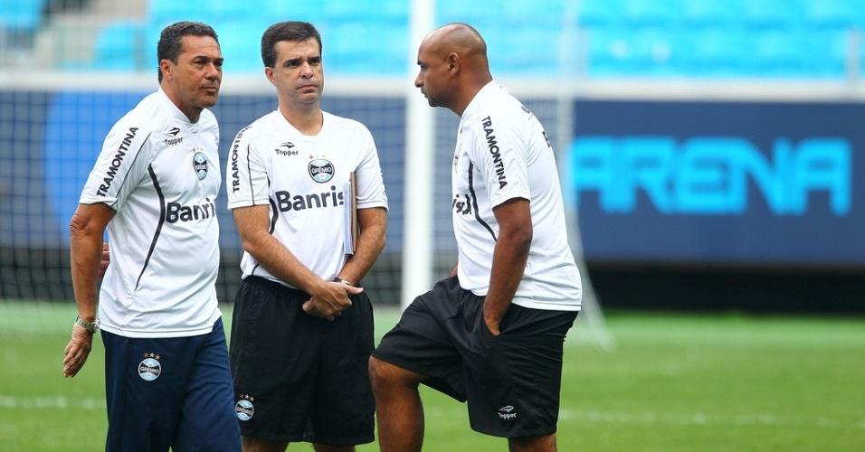 Técnico Vanderlei Luxemburgo, o auxiliar técnico Júnior Lopes e Emerson no gramado principal da Arena do Grêmio (10/01/2013)