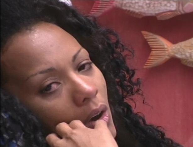12.jan.2013 - Aline fica sozinha para refletir sobre a saída de Bambam do