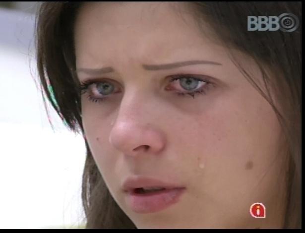 12.jan.2013 - Andressa chora e desabafa com outros participantes. Ela diz que não quer ser considerada apenas uma