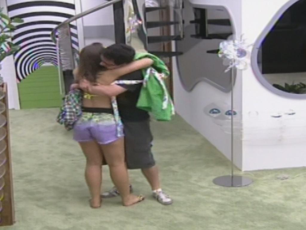 12.jan.2013 - Andressa dá um abraço em Ivan no meio da sala