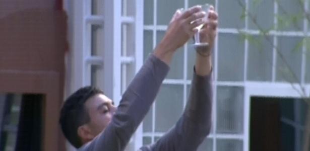 12.jan.2013 - Dhomini oferece ao céu a bebida, numa espécie de oferenda...