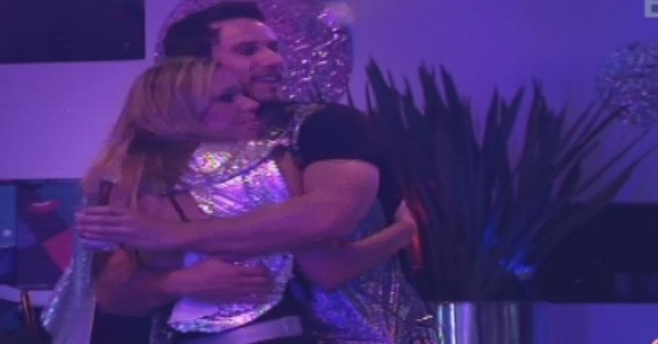 12.jan.2013 - Eliéser dá um abraço em Marien durante a festa Espacial