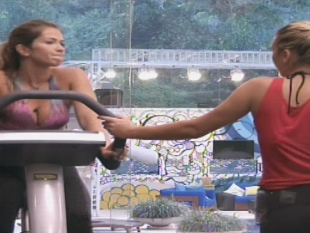 12.jan.2013 - Fani dá conselhos a Marien enquanto malha na academia