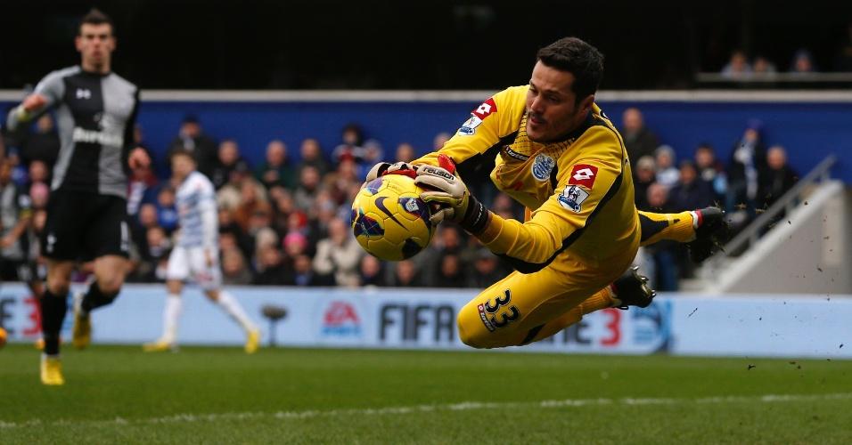 12.jan.2013 - Goleiro Julio Cesar, do Queens Park Rangers, defende chute durante a partida contra o Tottenham, pelo Campeonato Inglês
