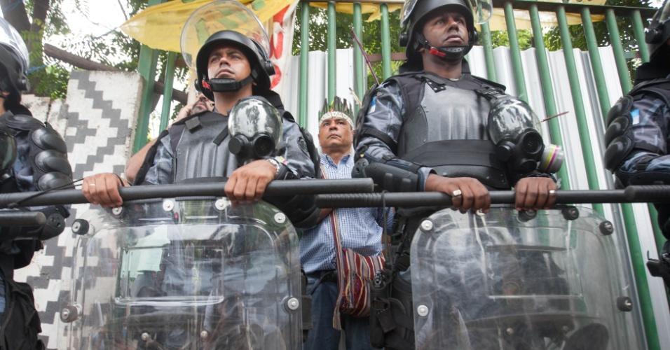 12.jan.2013 - Policiais do Batalhão de Choque da PM cercaram o antigo Museu do Índio, no Maracanã, na manhã deste sábado. Terreno será usado para obras da Copa-2014