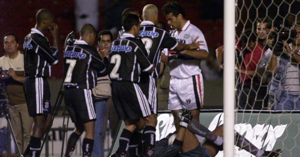 28.nov.1999 - Jogadores do Corinthians empurram Raí, do São Paulo, após o goleiro Dida pegar pênalti cobrado pelo meia