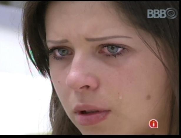 12.jan.2013 - Andressa chora e é consolada por outros brothers. Ela diz que não quer ser considerada apenas uma