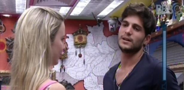 12.jan.2013 - Fernanda e André conversam no quarto Brechó sobre possível relacionamento