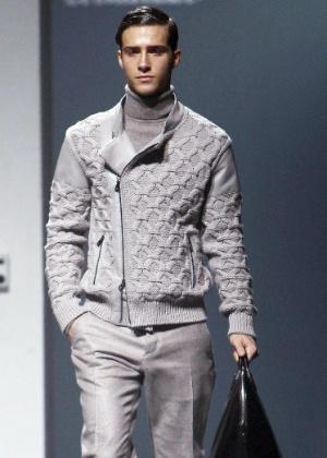 Modelo apresenta conjunto cinza criado pela Corneliani, que abriu a semana de moda masculina de Milão para o Inverno 2013 (12/01/2013) - Daniel Dal Zenaro/EFE