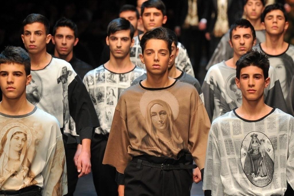 b7a95833c9c9e Dolce   Gabbana mostra devoção religiosa masculina em uma nova homenagem ao  impresso - 12 01 2013 - UOL Universa