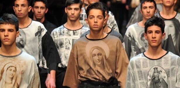 Modelos apresentam looks que remetem ao catolicismo criados pela Dolce & Gabbana para o Inverno 2013 na semana de moda masculina de Milão (12/01/2013) - Tiziana Fabi/AFP