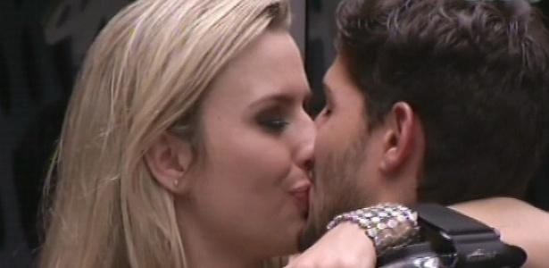 13.jan.2013 - André e Fernanda se beijam na cozinha durante Festa Espacial