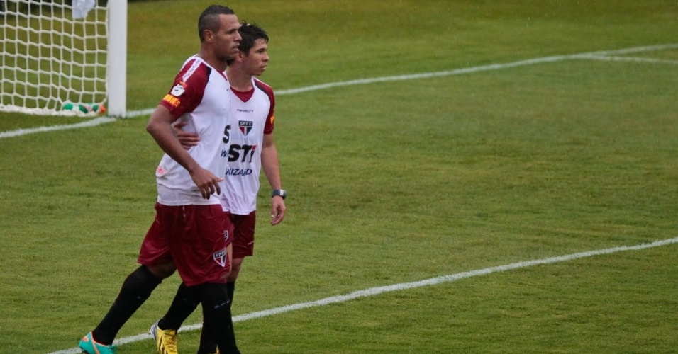 12.jan.2013 - Atacantes Luis Fabiano e Osvaldo comemoram gol em jogo-treino do São Paulo durante pré-temporada no CT de Cotia