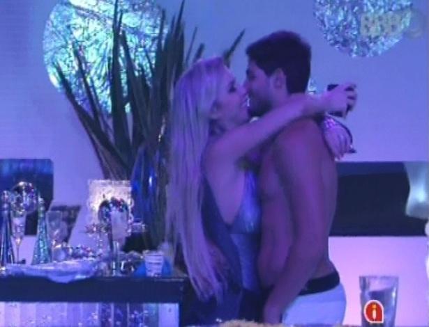 13.jan.2013 - Fernanda e André curtem festa em clima de romance