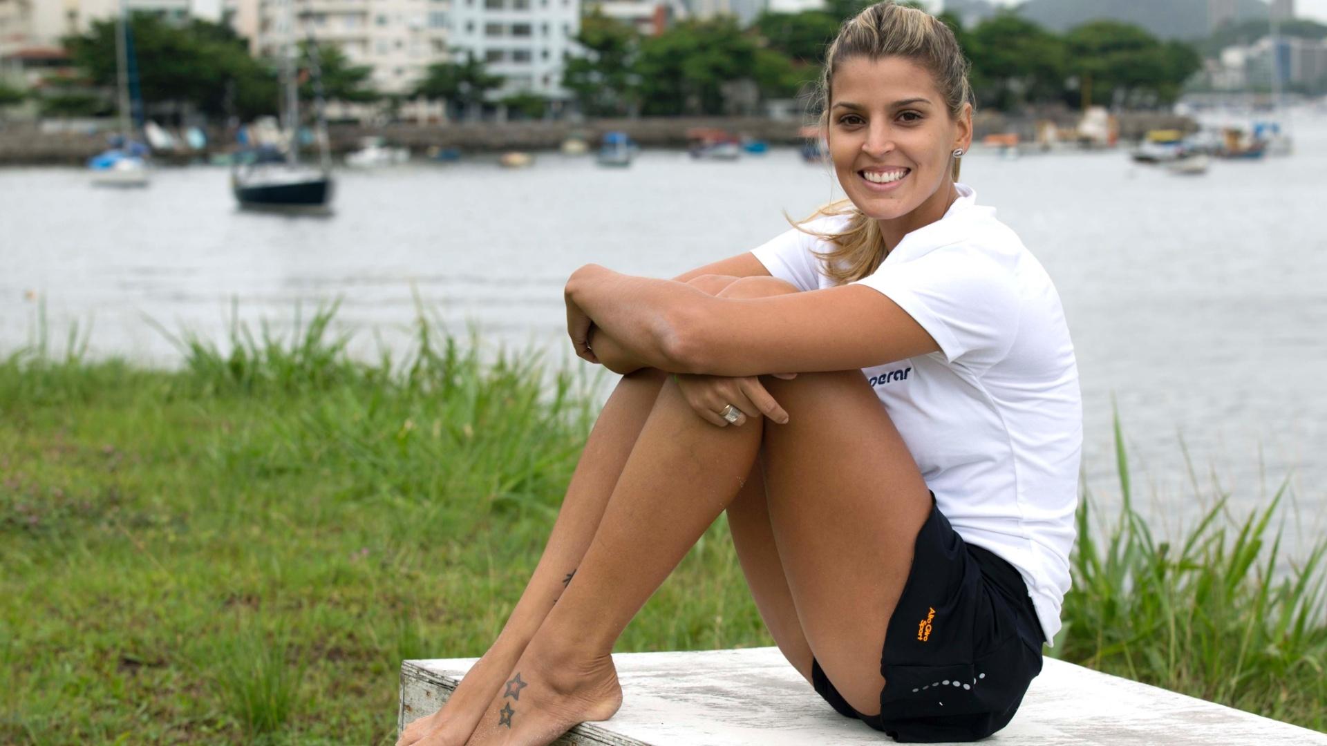 13.jan.2012 - Com o mar ao fundo, Mari Paraíba posa para o UOL Esporte após treino em Escola do Exército
