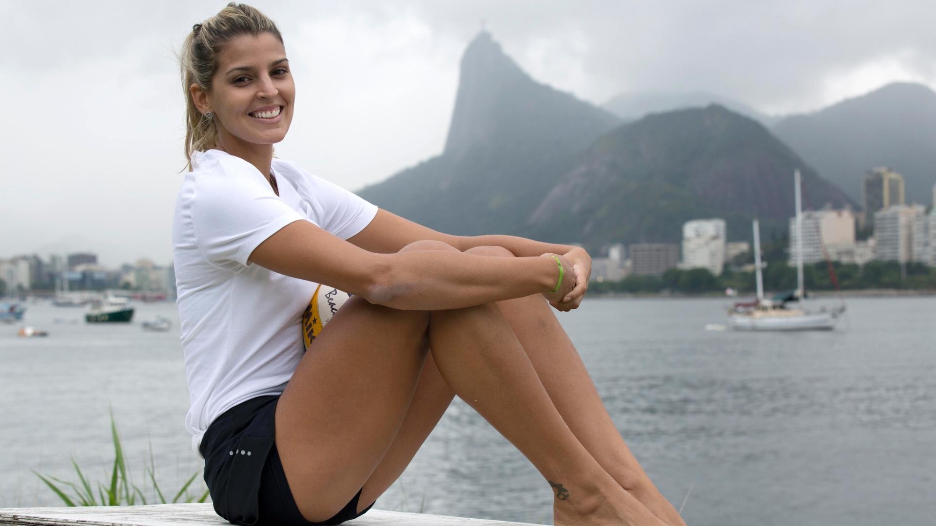 13.jan.2012 - Com o mar ao fundo, Mari Paraíba posa sorridente para o UOL Esporte e curte nova fase da carreira esportiva