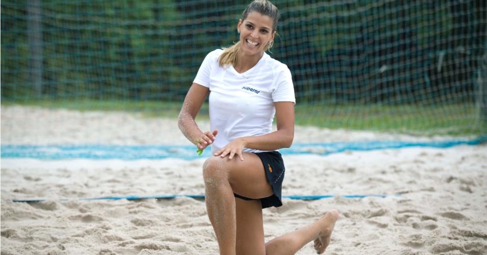 13.jan.2012 - De joelho na areia, Mari Paraíba se levanta após jogada em treinamento na Urca, no Rio