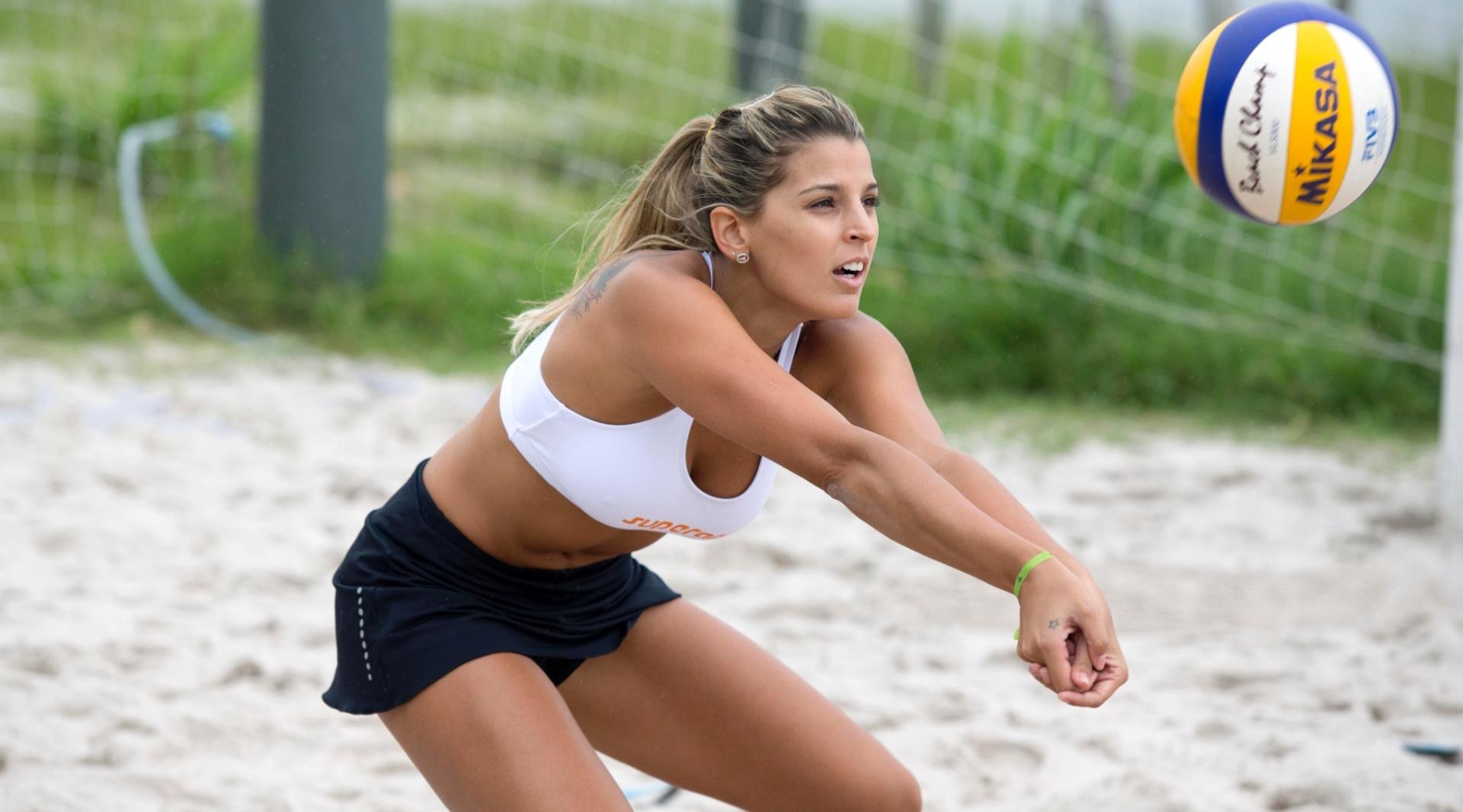 13.jan.2012 - De top e mini-saia, Mari Paraíba realiza treinamento de vôlei de praia no Rio de Janeiro
