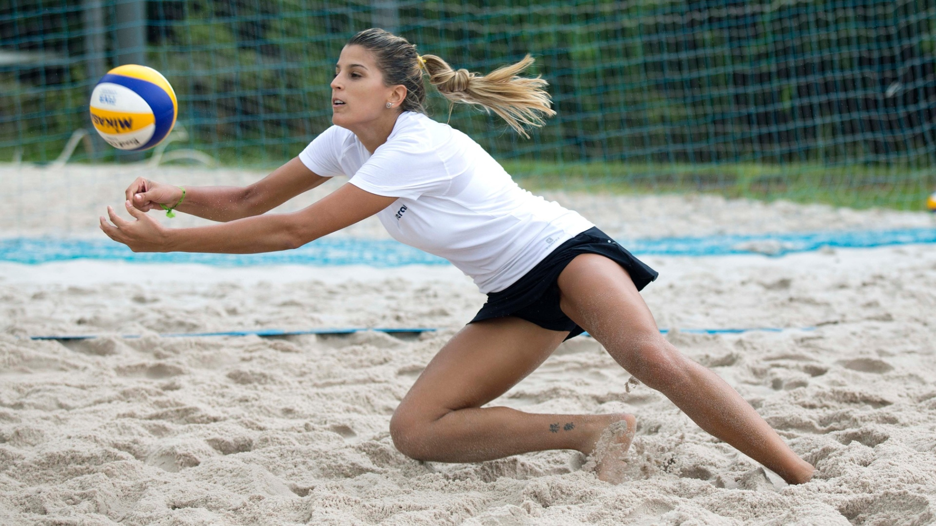 13.jan.2012 - Ex-ponteira, Mari Paraíba realiza treinamento no vôlei de praia em Escola do Exército do Rio de Janeiro