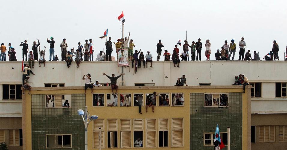 13.jan.2012 - Manifestantes realizam protesto em cima de prédio no Iêmen; eles pedem a separação de parte do país