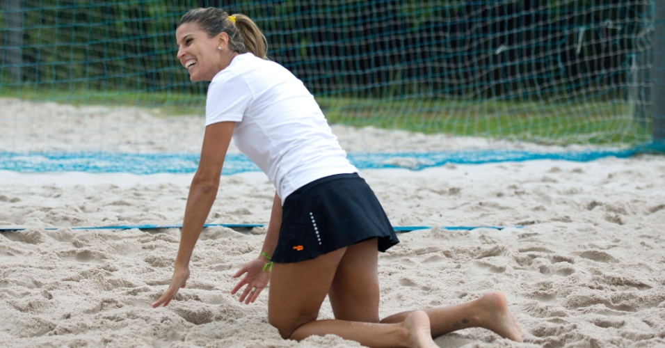 13.jan.2012 - Mari Paraíba se levanta após se jogar na areia para fazer defesa em treinamento no Rio