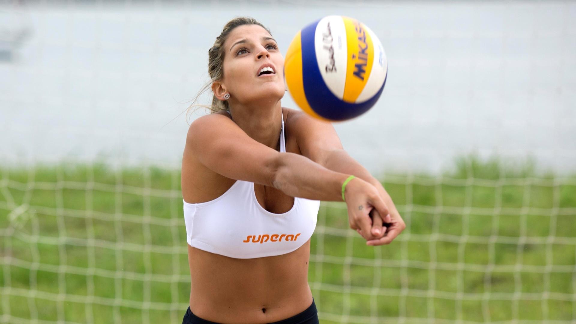 13.jan.2012 - Mari Paraíba treina vôlei de praia em Escola do Exército no Rio de Janeiro