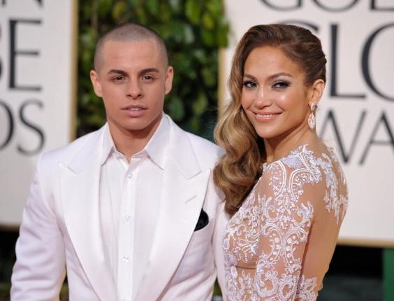 13.jan.2013 - A cantora Jennifer Lopez com o namorado Casper Smart na 70ª cerimônia de entrega do Globo de Ouro, em Los Angeles