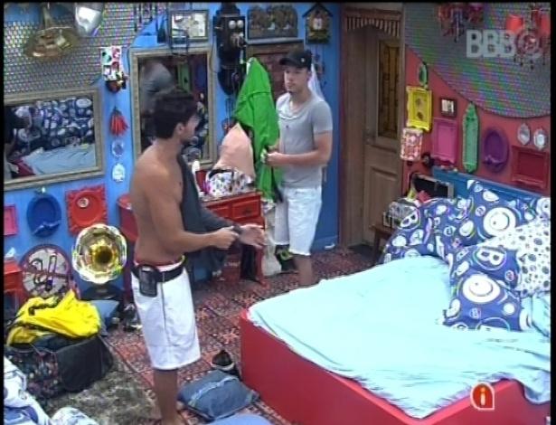13.jan.2013 - André, que ficou com Fernanda na última festa, e Nasser, que chegou sem sucesso em Andressa, conversam no quarto Brechó